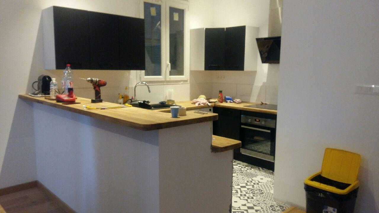 Espace cuisine après travaux, comptoir et triple plan de travail