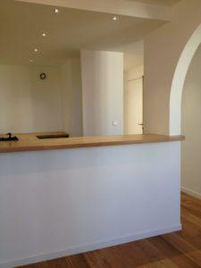 comptoir de cuisine dans un petit appartement