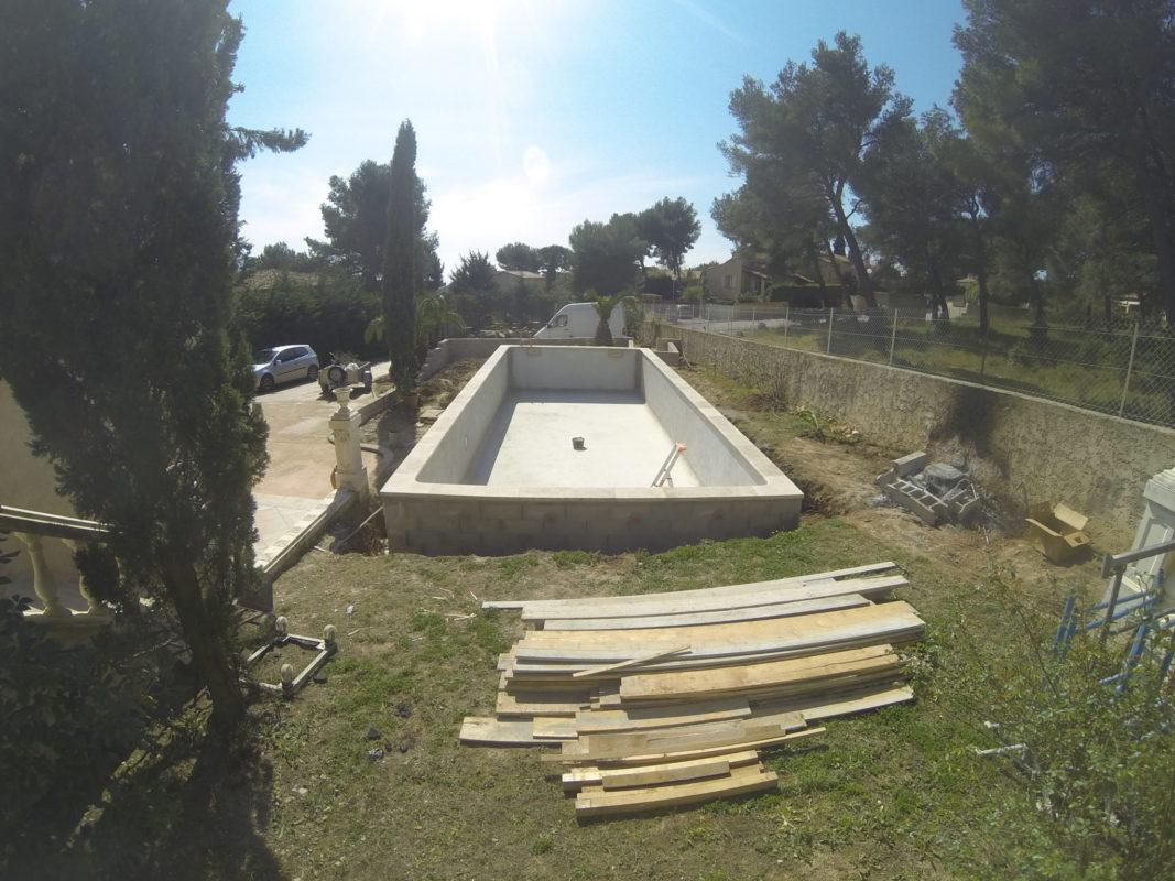 2. Création du bassin en agglos banchés sur dalle béton armé.