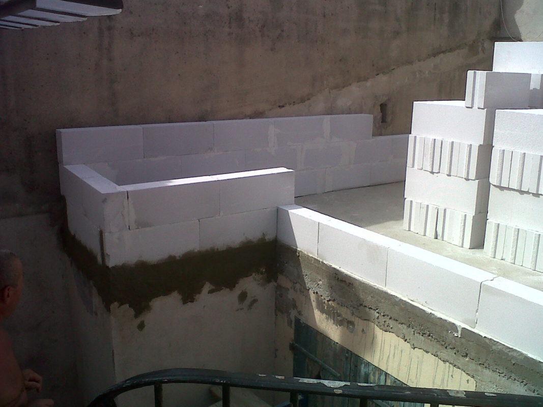 Marseille 5e – Construction de murs en Siporex, matériau léger et isolant pour une extension.