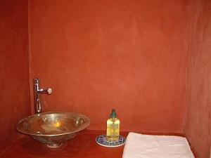 Béton ciré rouge dans un cabinet de toilette