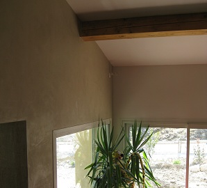 Chaux ferrée sur les murs d'un salon