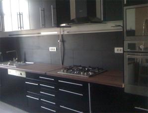 cuisine moderne meubles noirs et plan en bois.