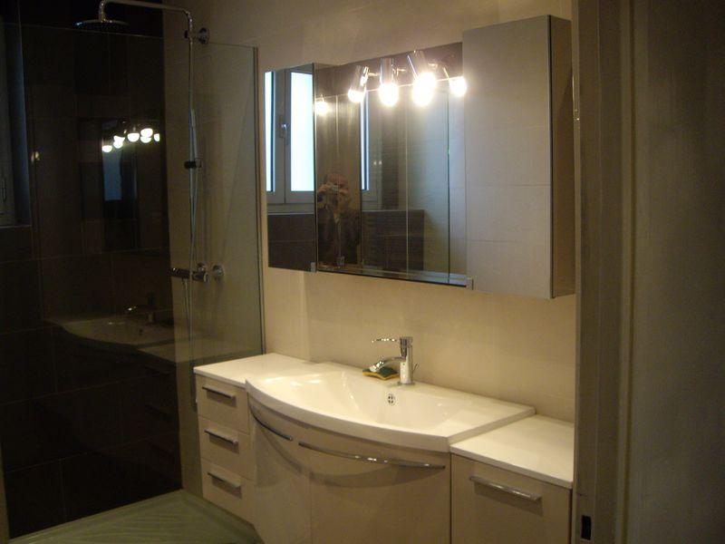 Salle de bains contemporaine et moderne