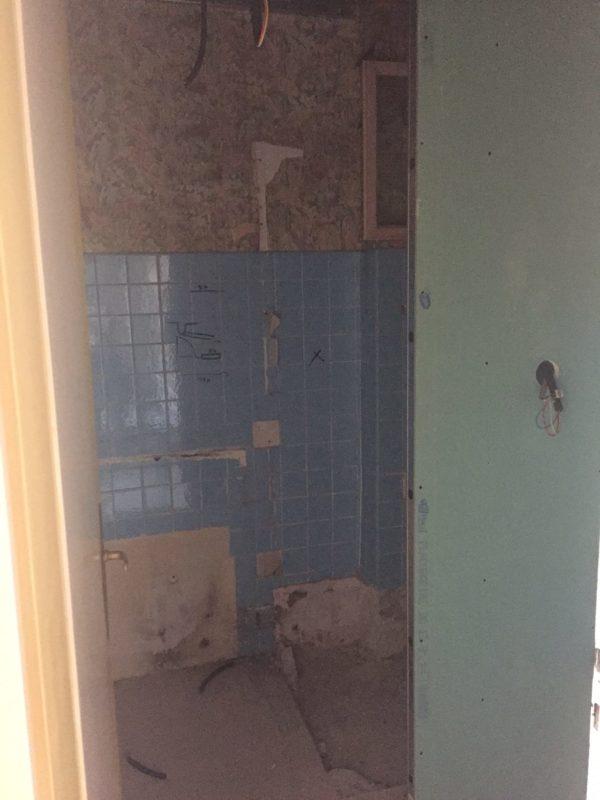 AVANT Salle de douche à rénover