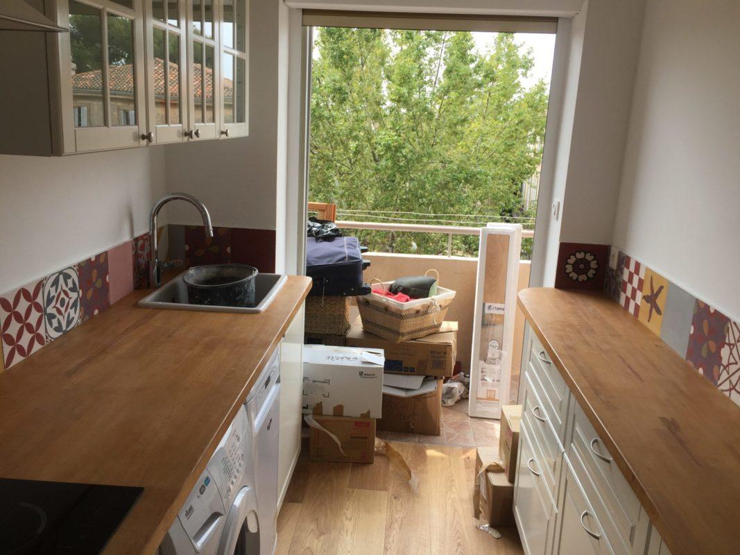 APRÈS Cuisine refaite, parquet au sol et meubles Ikéa blancs