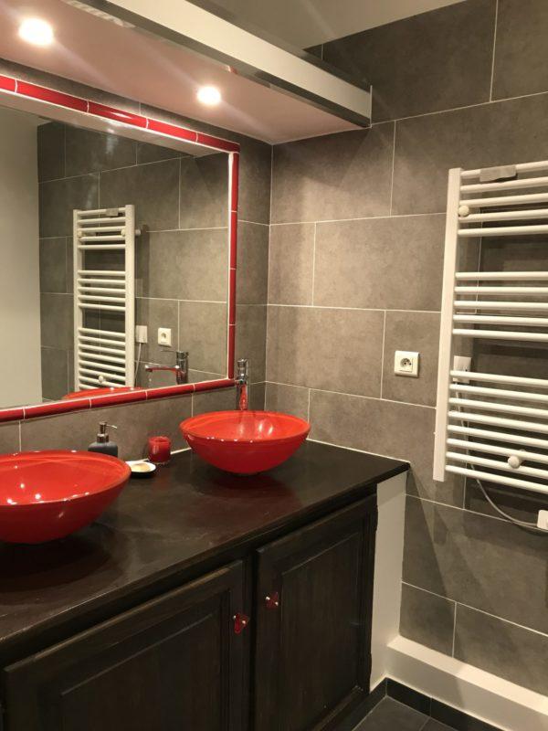 salle de bain renove dans un petit appartement ancien a marseille 13001