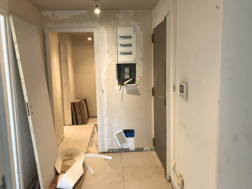 AVANT travaux de rénovation en cours dans l'entrée et le couloir de l'appartement