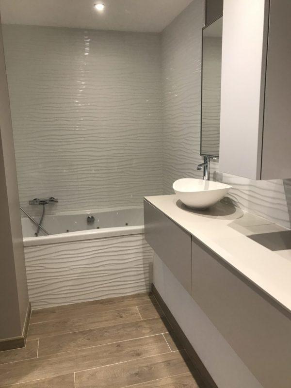 salle de bain renovee avec carrelage imitation parquet