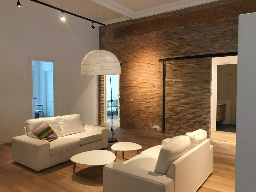 Après : espace détente avec canapés et tables basses