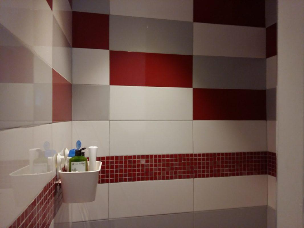 Après - Camaïeu de rouge et gris dans la nouvelle douche enfants
