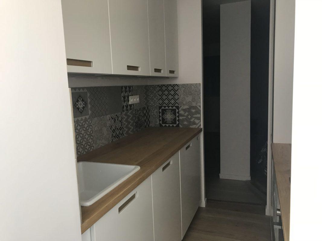 cuisine refaite, plan de travail bois et crédence tons gris carreaux de ciment