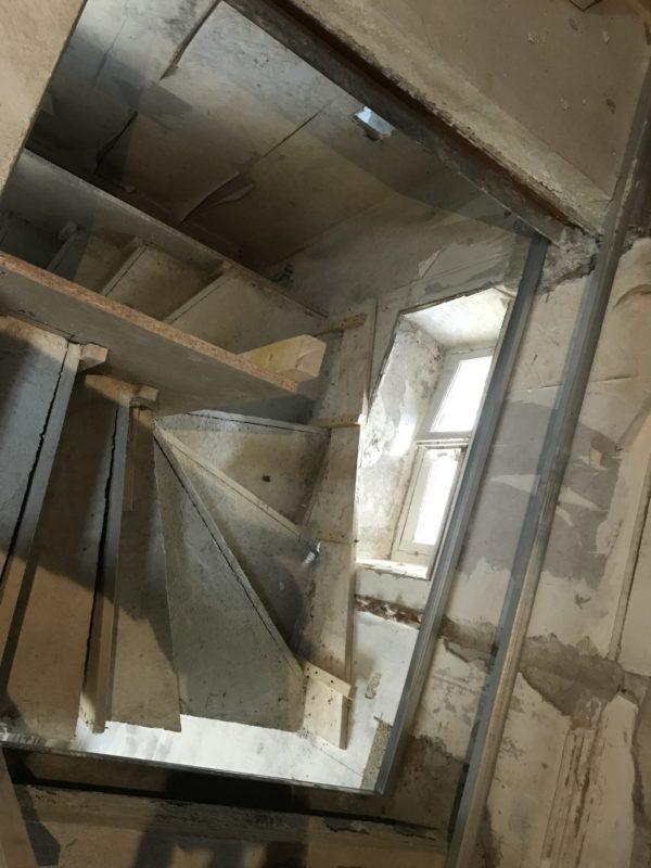 création d'un escalier intérieur dans une maison de ville entierement renovee