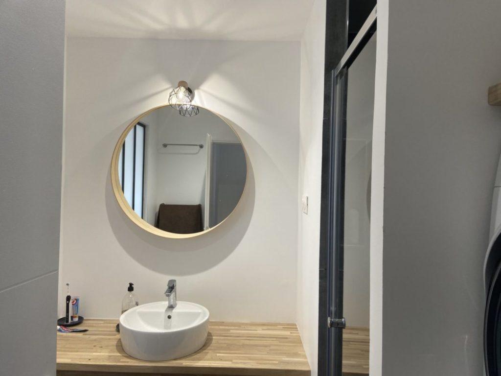 salle de bain plan en bois et peinture blanche
