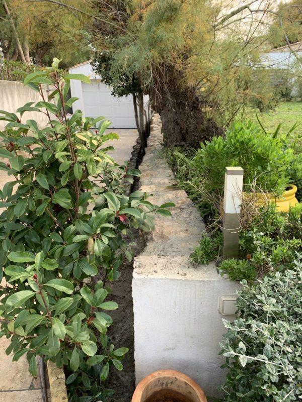 restructuration du muret avec des pierres du jardin