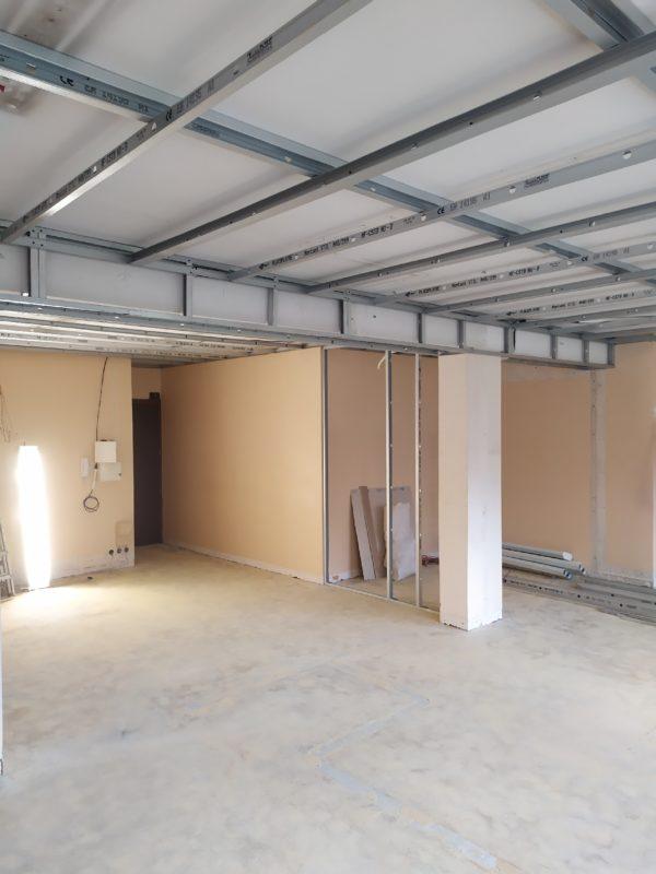 vue de l'espace des bureaux avant rénovation et après dépose