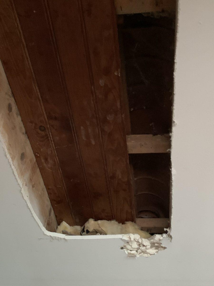 Vue de près des poutres sous l'ancien plafond avant réfection
