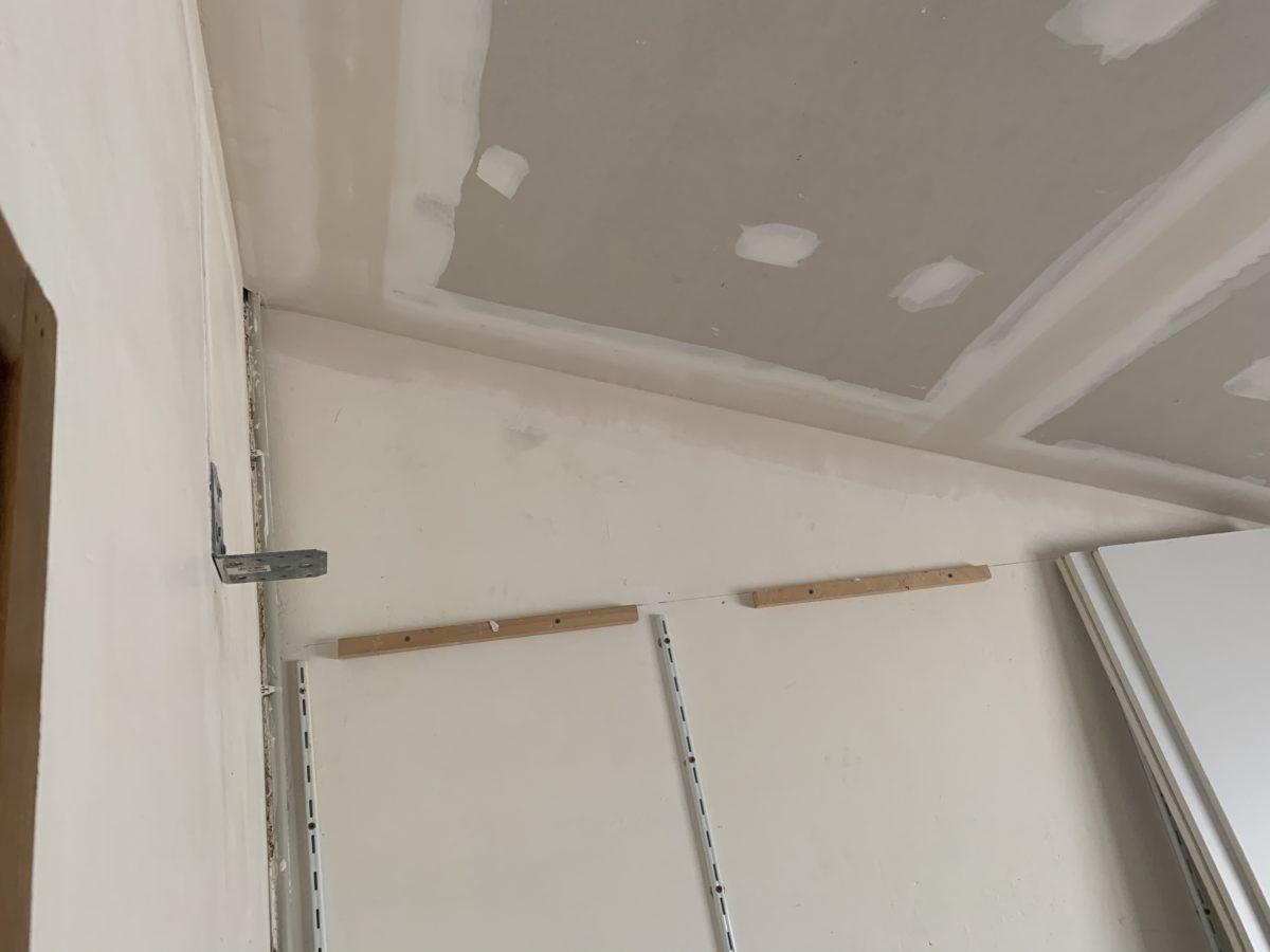 Pose de plaques de BA13 sur le plafond