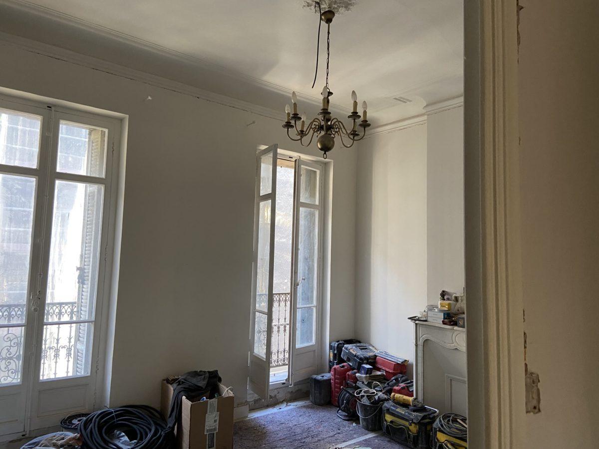 Séjour avec deux fenêtres avant rénovation