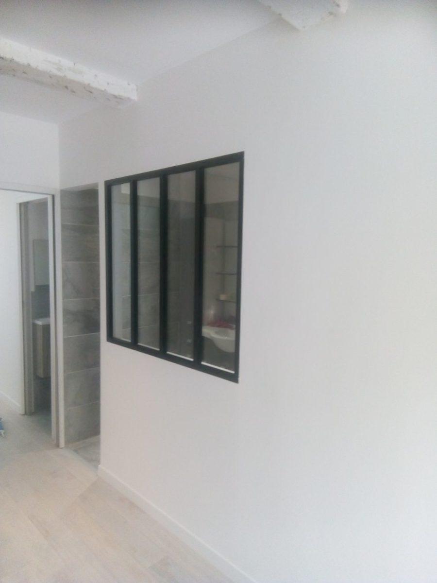 Après : Couloir de l'appartement avec nouveau parquet et verrière