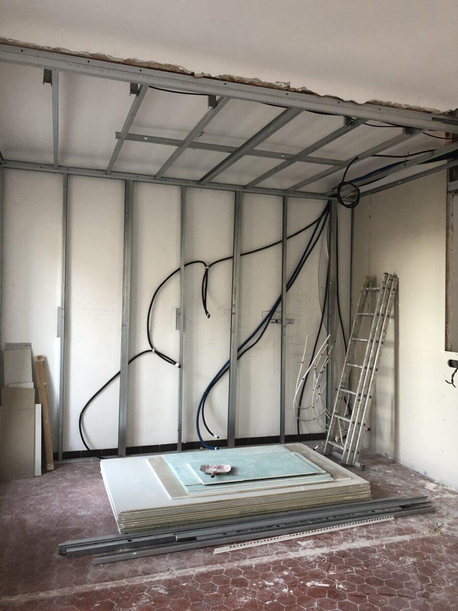 Montage de la fausse cloison pendant travaux renovation appartement 13002 marseille
